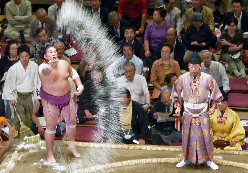 Sumo Kampf - das Salzwerfen